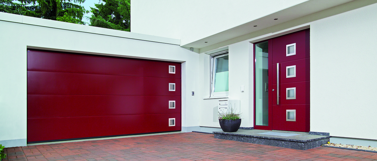 Porte de garage sectionnelle LPU 42 - Image N°1 Porte de garage sectionnelle LPU 42 coloris Bordeaux RAL 3004 rainures L surface SILKGRAIN