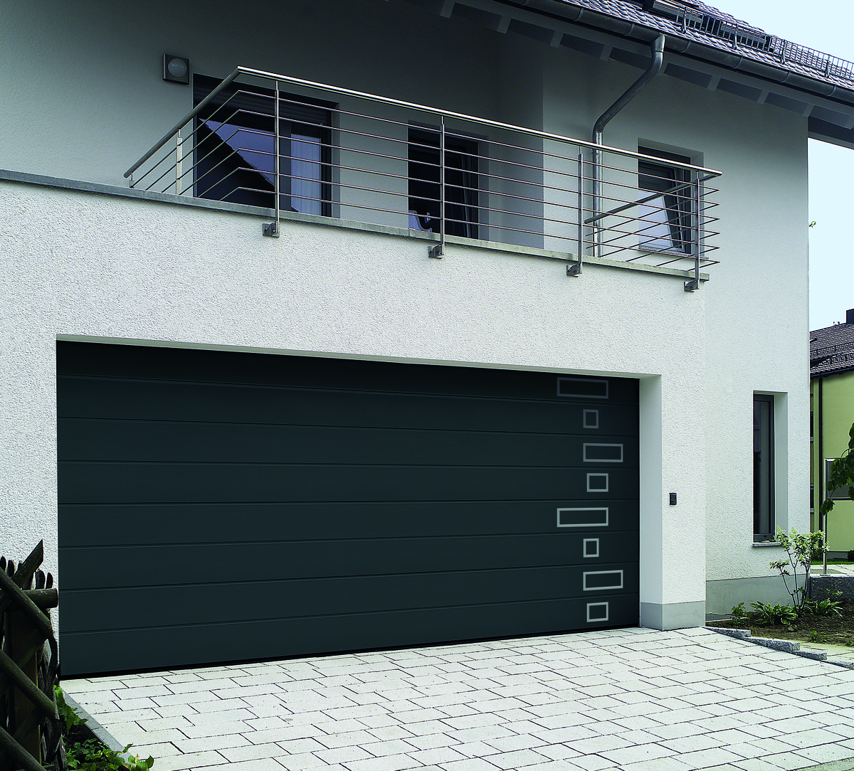 Porte de garage sectionnelle LPU 42 - Image N°2 Porte de garage sectionnelle LPU 42 coloris Gris Anthracite RAL 7016 rainures L surface SANDGRAIN
